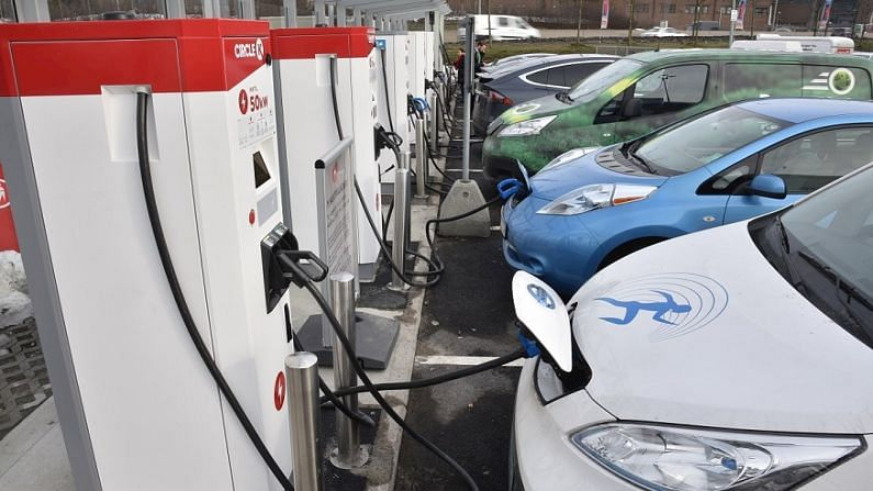 विद्युत मंत्रालय और भारत में इलेक्ट्रिक वाहनों के लिए चार्जिंग इंफ्रास्ट्रक्चर की स्थापना के लिए इसकी केंद्रीय नोडल एजेंसी यानी ऊर्जा दक्षता ब्यूरो (बीईई), चार्जिंग इंफ्रास्ट्रक्चर कार्यान्वयन में आने वाली बाधाओं को दूर करने के लिए डिस्कॉम और राज्य एजेंसियों के साथ मिलकर काम कर रही है, जिसके लिए यह हैंडबुक बहुत मददगार होगी. देश में ऊर्जा मिश्रण में अक्षय ऊर्जा की तेजी से बढ़ती हिस्सेदारी के साथ, आने वाले वर्षों में ई-मोबिलिटी की ओर परिवर्तन से होने वाले लाभ और अधिक महत्वपूर्ण होने की उम्मीद है.जीवाश्म ईंधन से चलने वाले वाहनों के विपरीत, इलेक्ट्रिक वाहनों को किसी भी स्थान पर चार्ज किया जा सकता है, बशर्ते चार्जिंग पॉइंट उपलब्ध हों. इसके लिए ईवी चार्जिंग नेटवर्क की योजना बनाने की आवश्यकता होती है- एक जो उन्हें जब भी पार्क किया जाता है, रात में या दिन के दौरान चार्ज करने की अनुमति देता है.